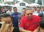 Pakai Kemeja Merah, SBY Temui Warga Cikeas dan Kader PD