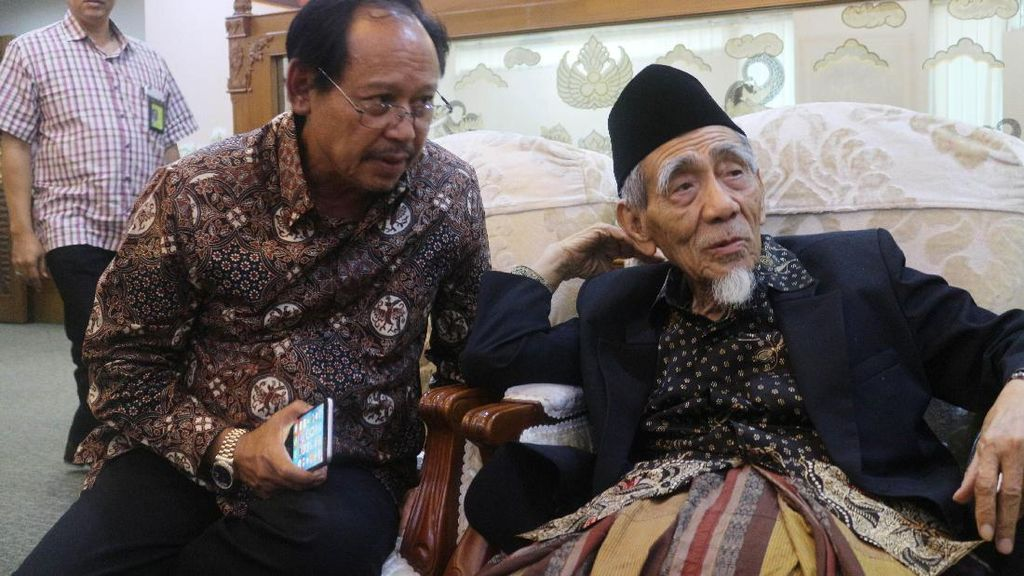 Ketua Majelis Syariah PPP KH. Maimoen Zubair Tunaikan Ibadah Haji