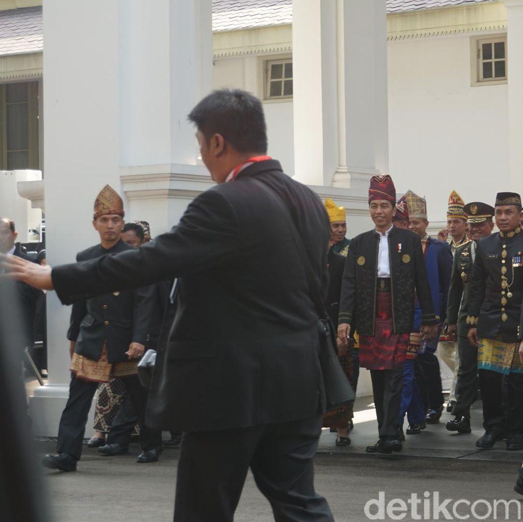 Pakai Baju Adat, Jokowi Salami Tamu Undangan di Istana
