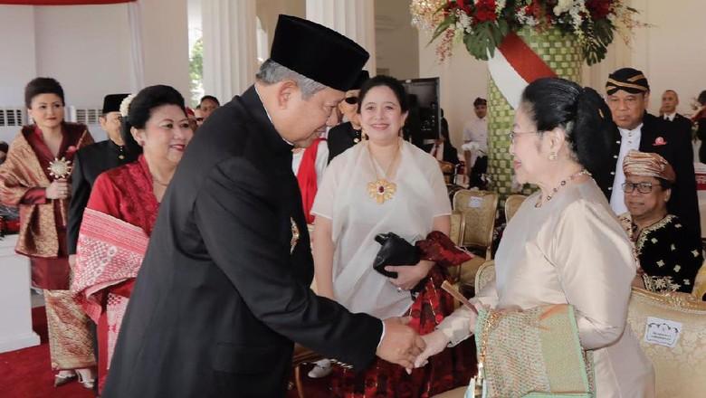 Momen Bersejarah Jabat Tangan - Jakarta Perayaan HUT RI kali ini terasa Presiden RI Megawati Soekarnoputri dan Presiden RI Susilo Bambang Yudhoyono kembali