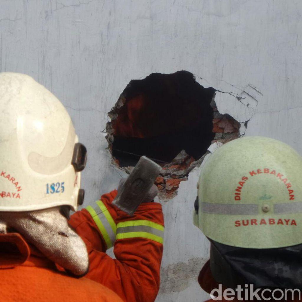 Api Sulit Dipadamkan, Petugas PMK Jebol Tembok Gudang Barang Bekas