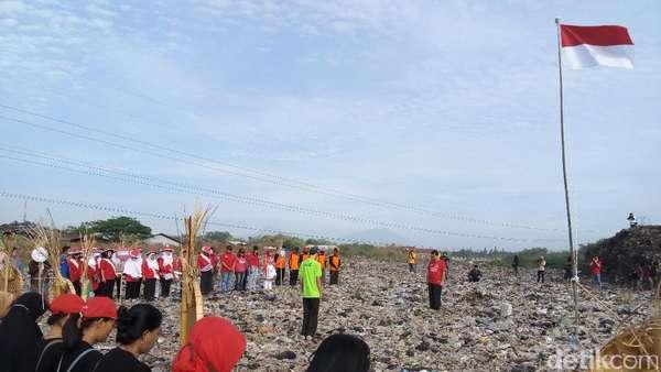 Pegiat Lingkungan Solo Gelar Upacara HUT RI di Atas Gunung Sampah