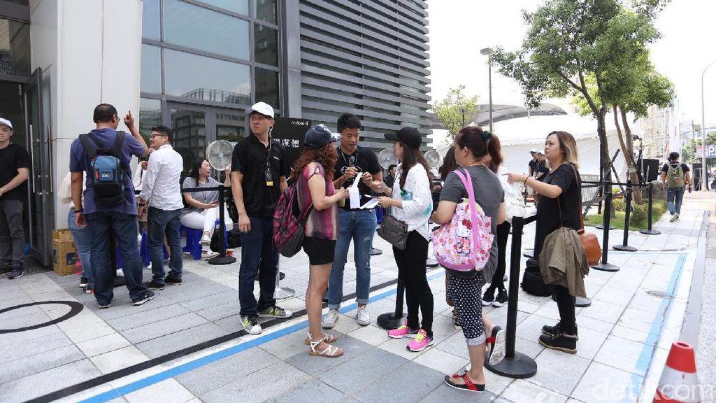 Ingin Lihat Gong Yoo, Fans Padati Lokasi Peluncuran Zenfone 4