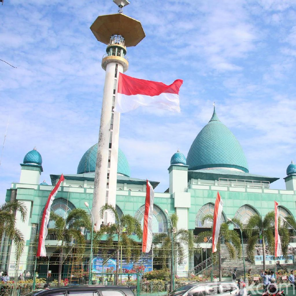 Upacara HUT RI Diwarnai Pengibaran Bendera Raksasa di Masjid Agung