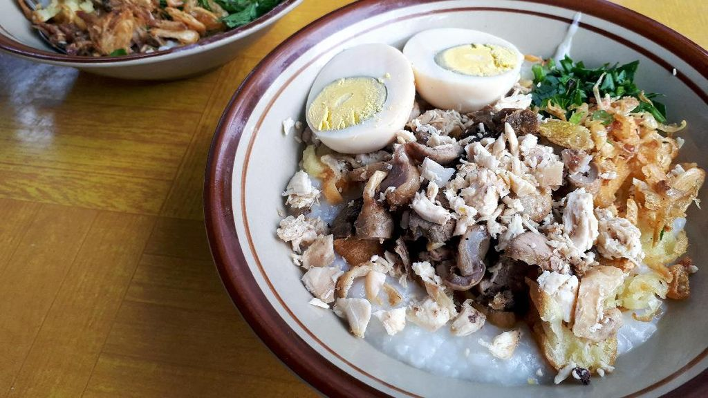 Pak H. Amid: Di Sini Ada Bubur Ayam Spesial Bandung yang Kental dengan Topping Komplet