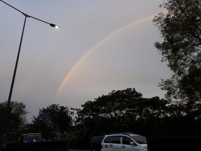 Ada Pelangi Kembar di Langit - Surabaya Pelangi kembar terlihat di langit Surabaya sore Padahal cuaca Surabaya sedang tidak diguyur Apa yang Apakah ada