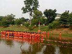 Unik! Pasukan Oranye di Jakarta Timur Upacara di Tengah Waduk