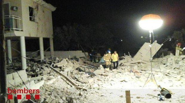 Rumah di Alcanar yang hancur usai dilanda ledakan hebat pada Rabu (16/8)