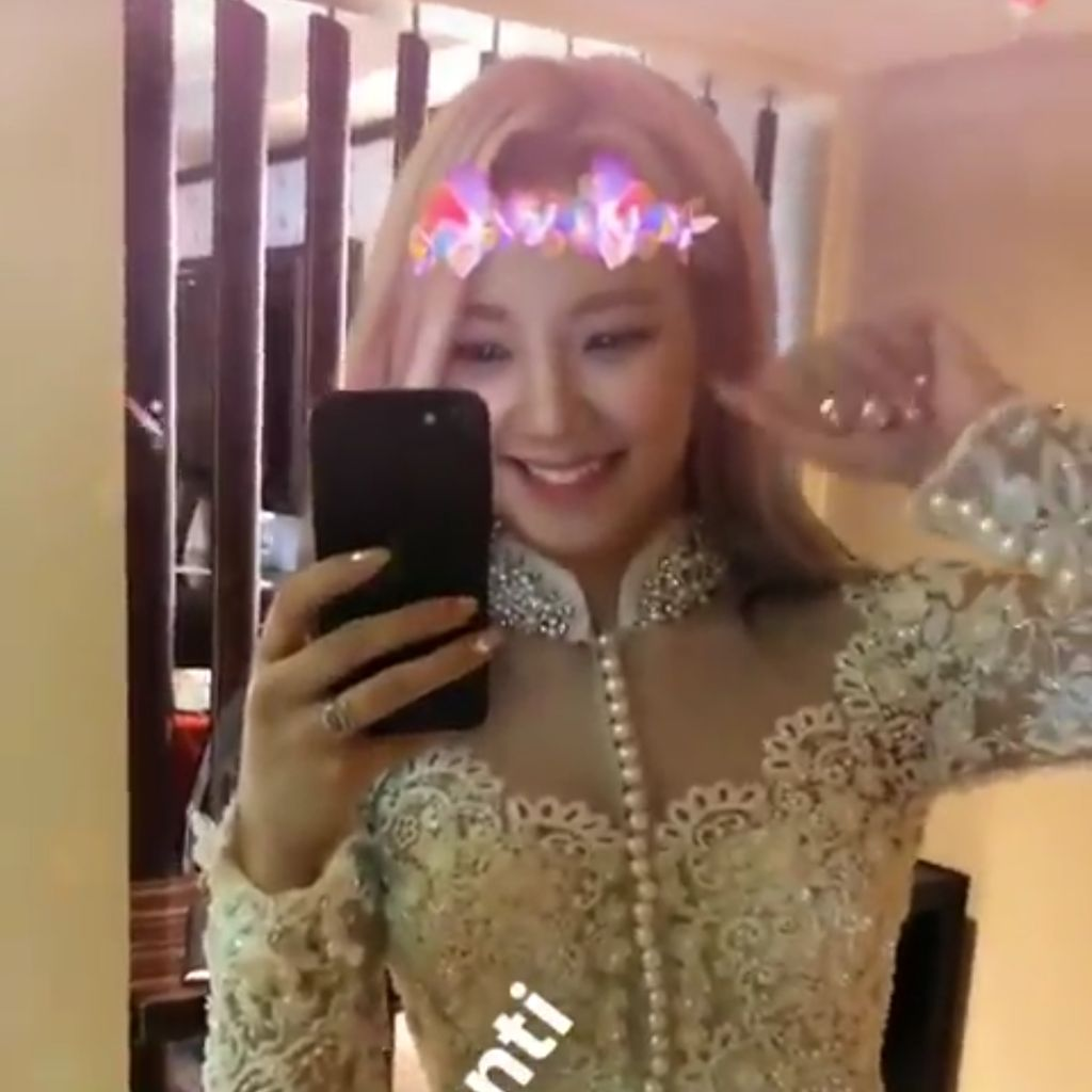Pretty! Hyoyeon SNSD Pamer Kebaya Sebelum Tampil di Jakarta