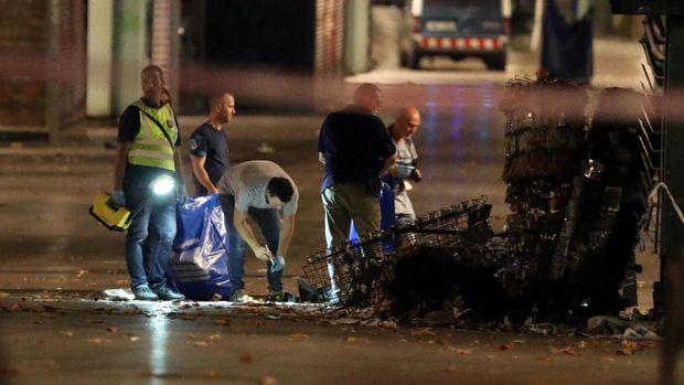 Polisi menyisir lokasi teror van di Barcelona