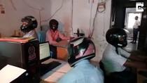 Takut Atap Runtuh, PNS di India Pakai Helm Saat Kerja