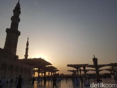 Foto: Matahari Terbit dan Payung Raksasa di Masjid Nabawi