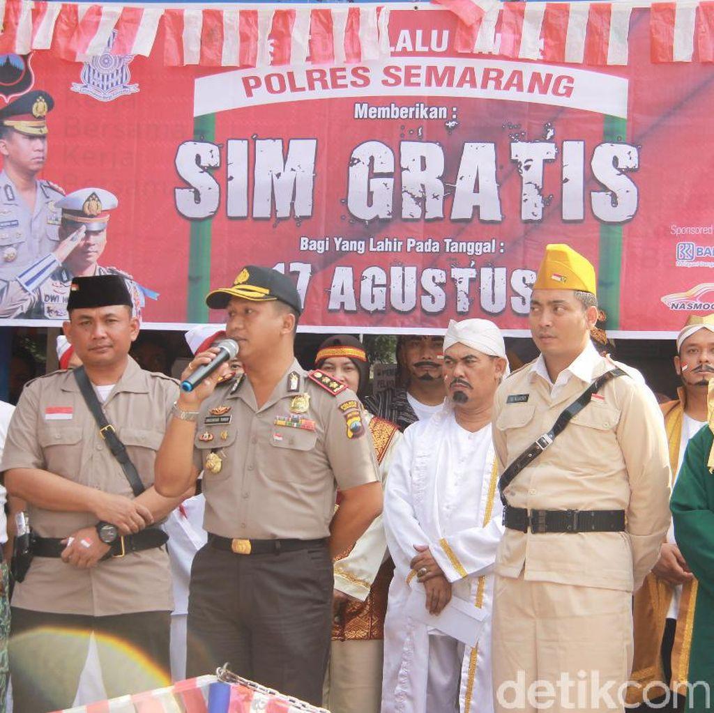 Pakai Baju Pejuang, Polisi Semarang Gratiskan Biaya Administrasi SIM