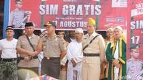 Berpakaian Jadul, Polisi Semarang Gratiskan Biaya Administrasi SIM