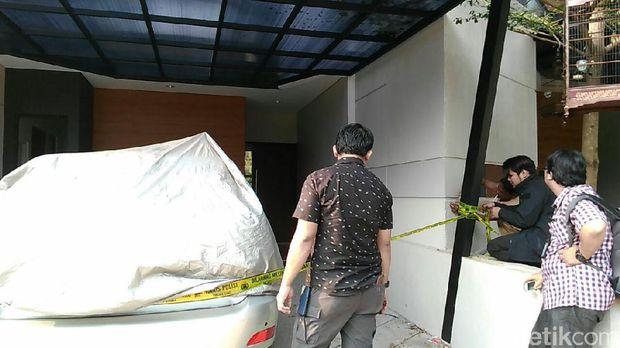 Penyidik Bareskrim Polri memasang garis polisi di rumah adik bos First Travel, Kiki Hasibuan di Kebagusan, Jaksel, Jumat (18/8/2017)