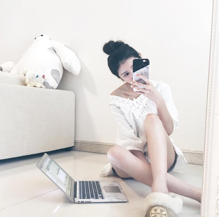 Namaya Shirley Sham, seorang seleb asal Hong Kong. Tampak di sini ia memamerkan iPhone 7 dan MacBook Air. Foto: Instagram