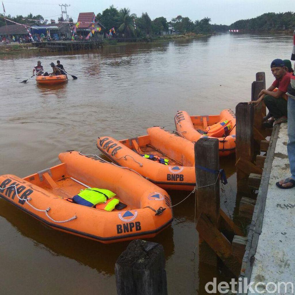 Jembatan Tanipah di Kalsel Patah, Perahu BPBD Seberangkan Warga