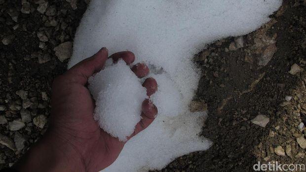 Tumpukan salju di Puncak Carstensz