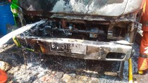 Tersambar Api, Truk di Duren Sawit Ludes Terbakar
