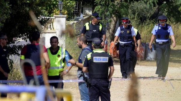 Polisi Spanyol menyisir lokasi rumah di Alcanar yang hancur usai dilanda ledakan hebat pada Rabu (16/8)