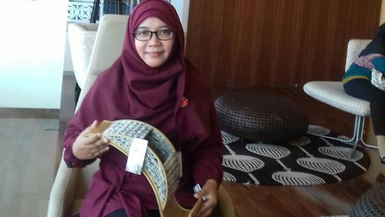 Bikin Kerajinan dari Koran Bekas, Wanita Ini Raup Omzet Puluhan Juta