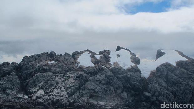 Puncak Jaya dan Puncak Sumantri yang diselimuti es abadi