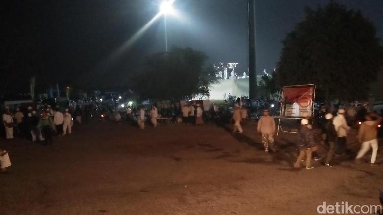 Foto: Massa FPI Simak Pesan Habib Rizieq dari Saudi
