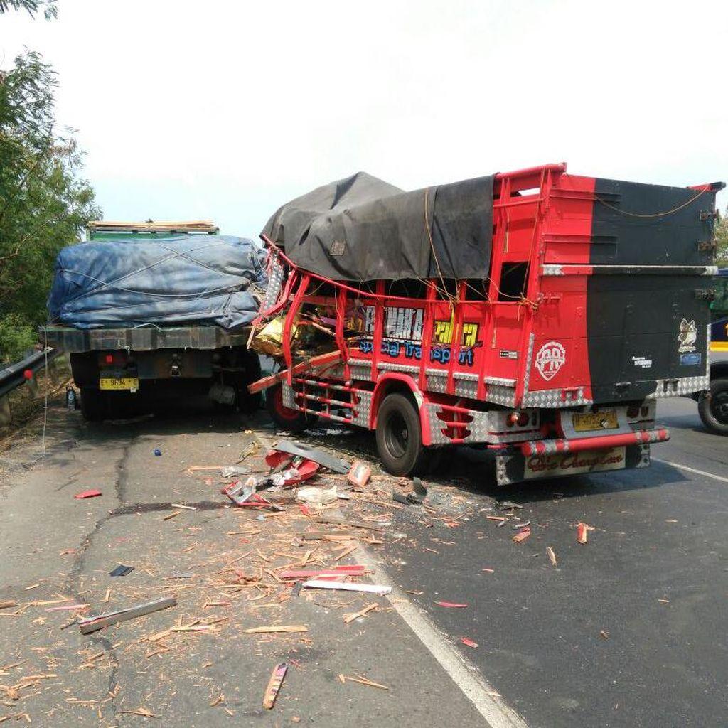 Truk Kecelakaan di Tol Jakarta-Cikampek KM 53