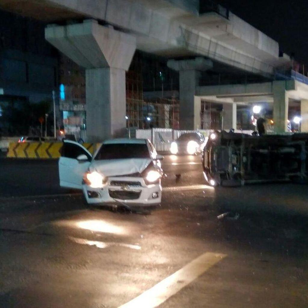Dua Mobil Adu Banteng di Perempatan Jalan Sisingamangaraja Blok M