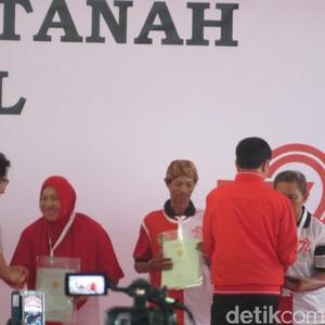 Serahkan 7.500 Sertifikat Tanah, Jokowi: Jangan Buat Beli Mobil