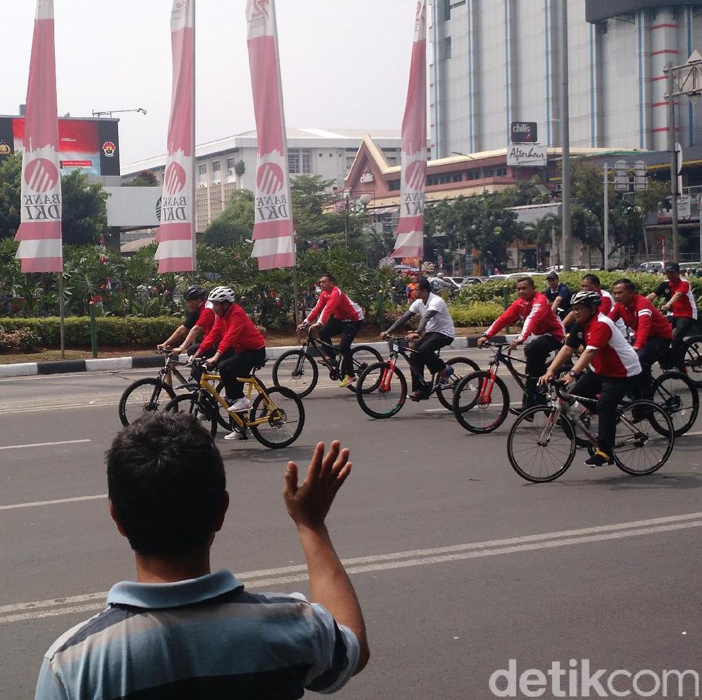 Saat Jokowi Naik Sepeda Kuning ke Istana dan Bikin Heboh Warga