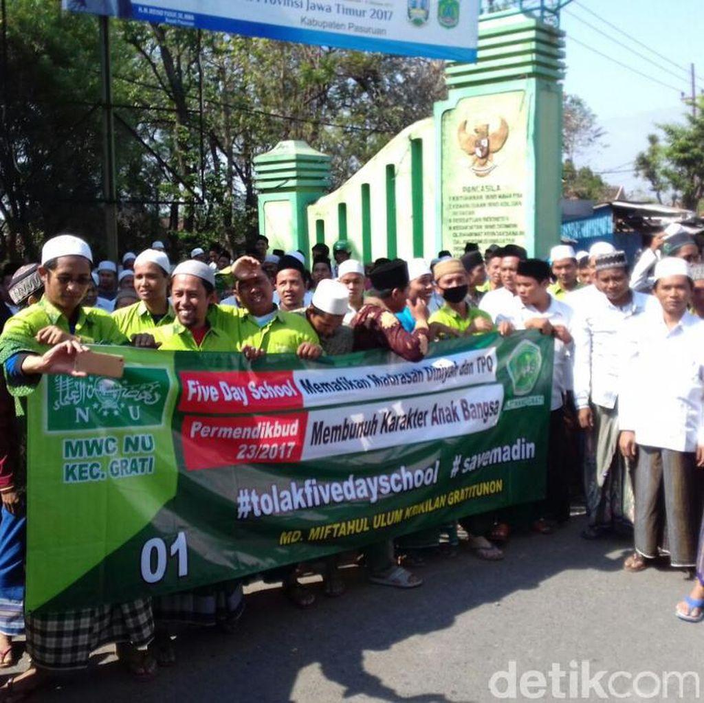 1.000 Spanduk Tolak Lima Hari Sekolah Dipasang di Pasuruan