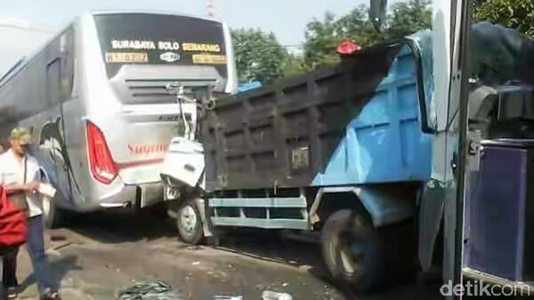 Laka Beruntun di Mojokerto Libatkan 2 Bus dan 2 Truk, 2 Orang Luka
