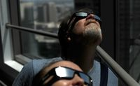 Warga AS mempersiapkan kacamata gerhana /