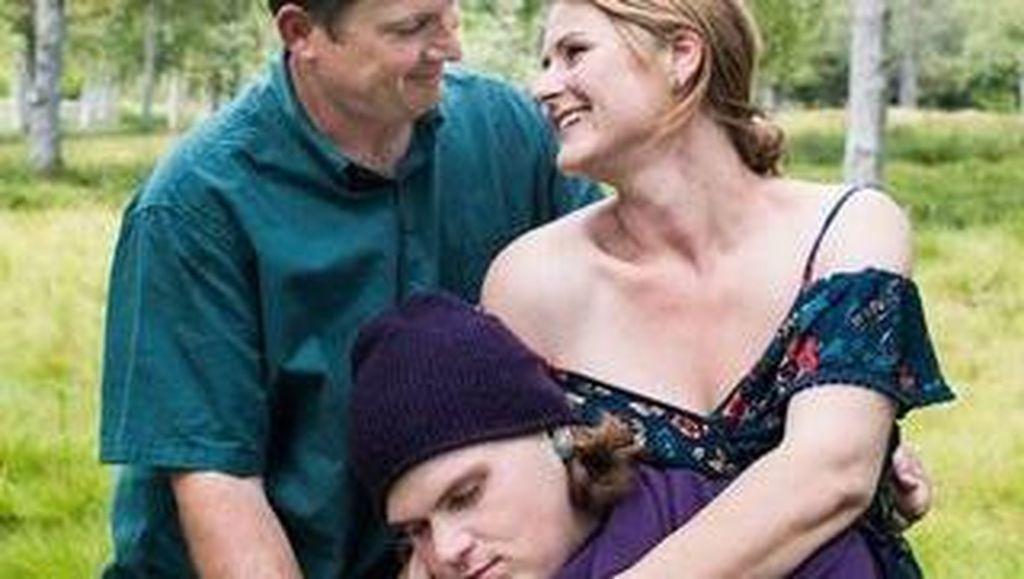 Kocak, Orangtua Buat Foto Bayi Baru Lahir dengan Pria Berusia 21 Tahun
