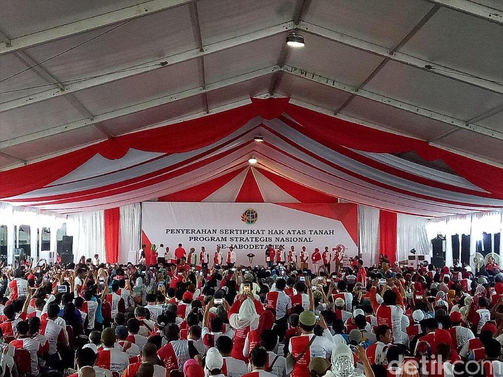 Djarot Terima Sertifikat Tanah Taman BMW dan Balai Kota dari Jokowi