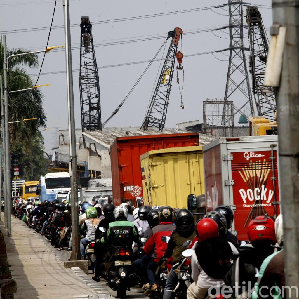 Kemacetan Mengular Imbas Proyek Flyover Cipinang Lontar