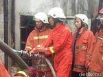 Seorang Ibu Pingsan Lihat Rumahnya Hangus Terbakar