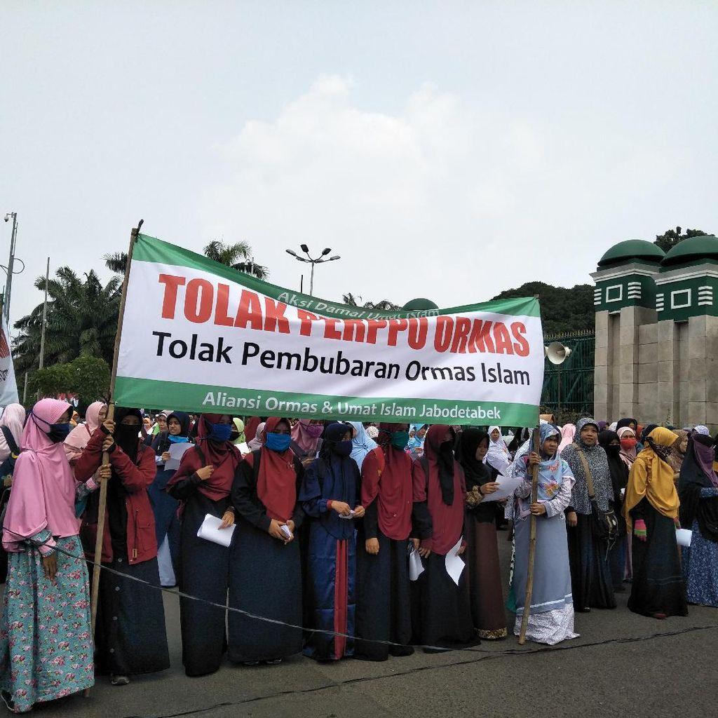 Akhwat Pegang Spanduk, Begini Demo Tolak Perppu Ormas di Depan DPR
