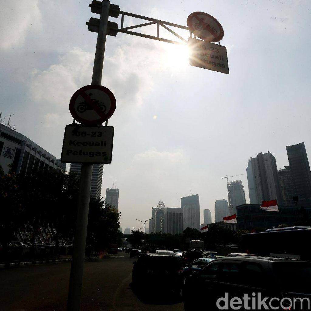 Foto : Rambu Pelarangan Motor di Jalan Jenderal Sudirman