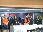 Foto: Bos First Travel Andhika-Anniesa Dipajang Polisi di Bareskrim