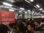 Berdesakan di GI demi Diskon Nike, Pengunjung: Jarang-jarang Begini