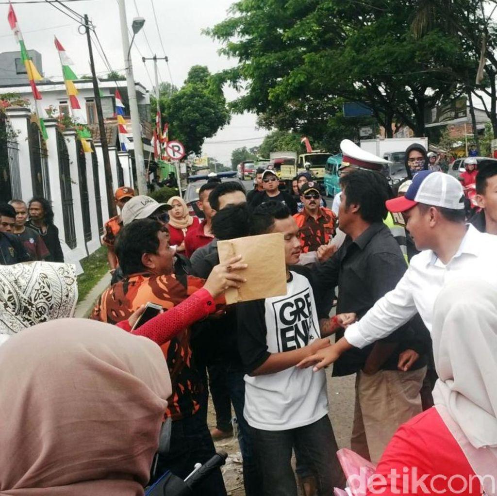Demo Keluarga Rengga di Kejaksaan Cibadak Berakhir Ricuh