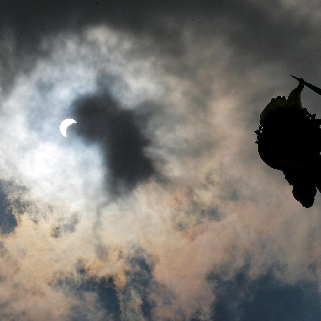 Keindahan Gerhana Matahari Total dari Atas Pesawat