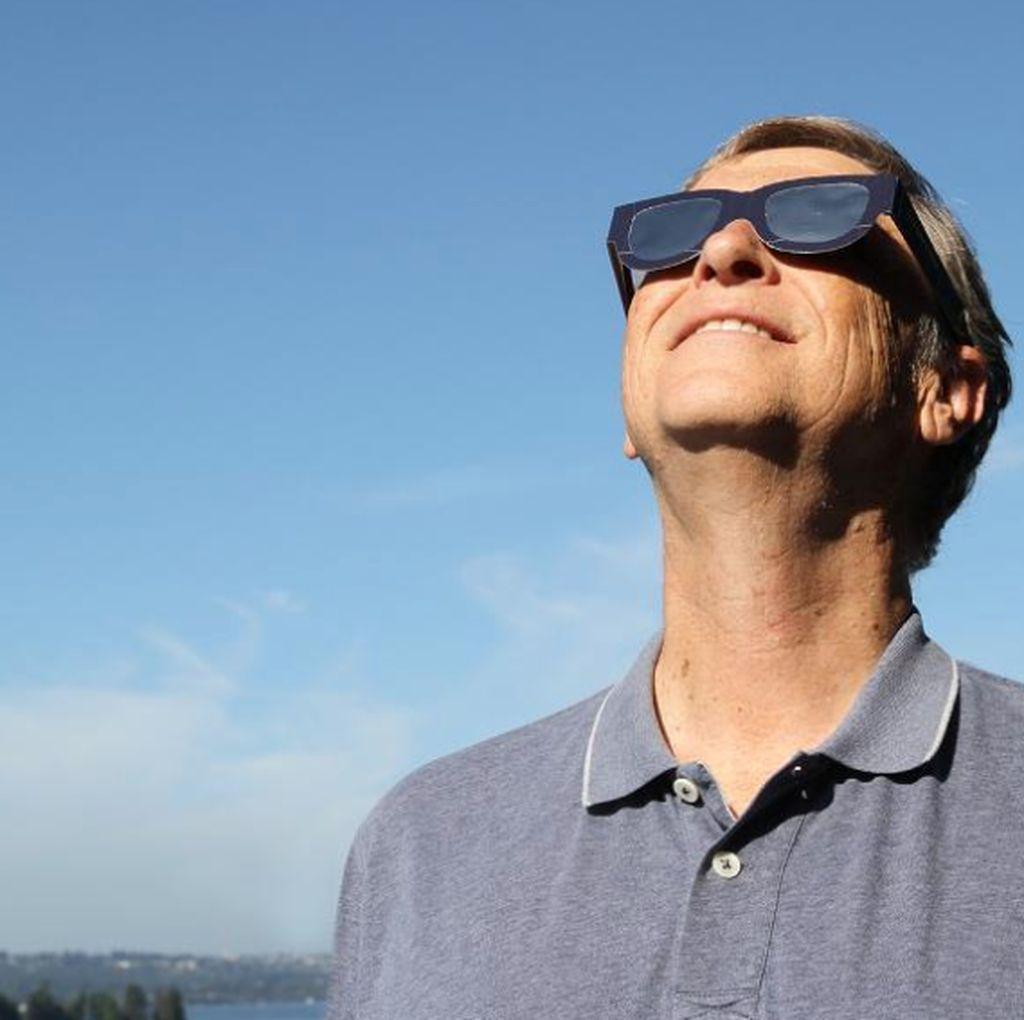 Bill Gates dan Mark Zuckerberg Terpukau Gerhana Matahari