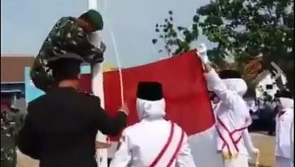 Viral Aksi Sigap Perwira TNI Panjat Tiang Saat Pengibaran Bendera