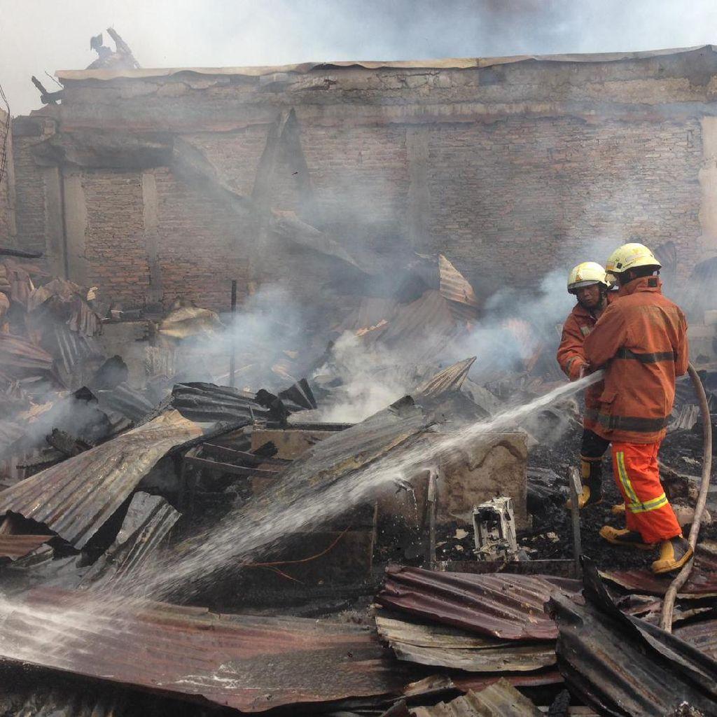 Petugas Masih Padamkan Kebakaran di Klender, Asap Membubung