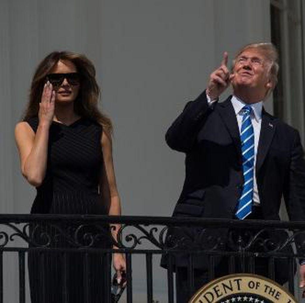 Gaya Trump yang Berani Tatap Gerhana Matahari Total Tanpa Kacamata