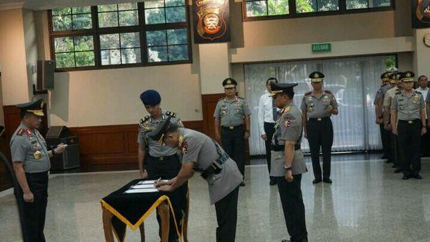 Kapolri juga turut menyaksikan penandatanganan pakta integritas oleh pejabat lama dan pejabat baru.