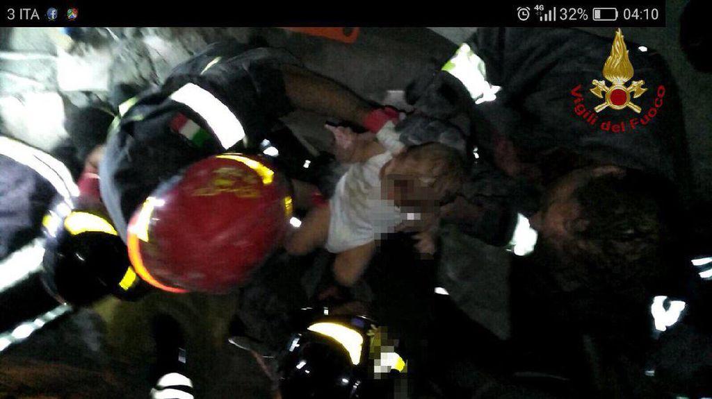 Seorang Bayi Berhasil Diselamatkan dari Puing Akibat Gempa Italia